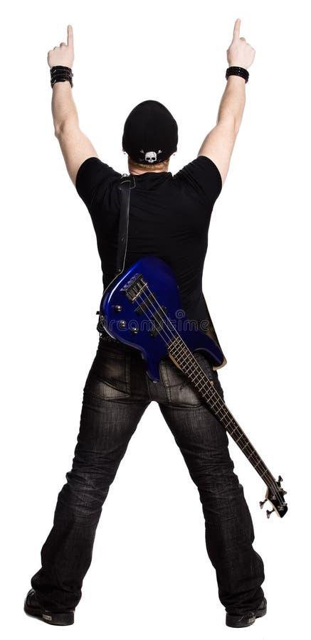 Erwachsener Mann, der oben mit einer Gitarre zeigt stockfoto