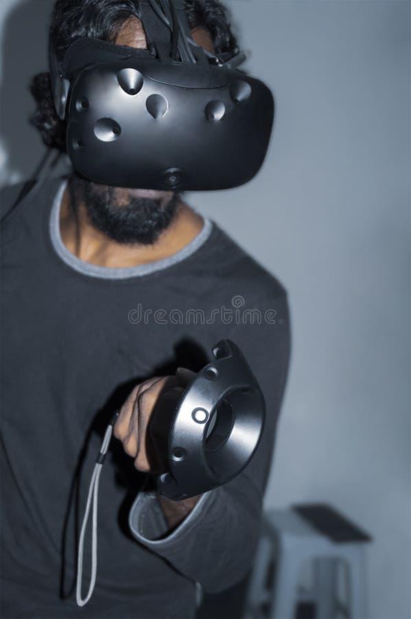 Erwachsener Mann, der VR-Spiel spielt lizenzfreie stockfotos