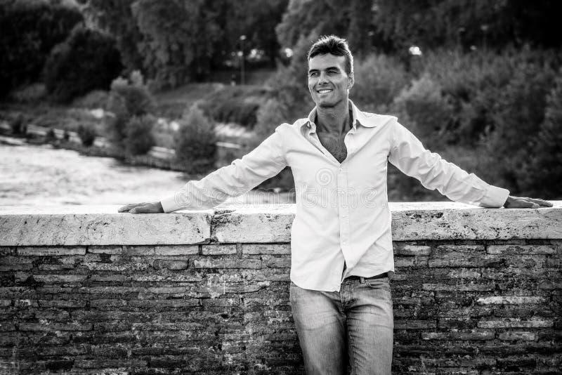 Erwachsener Mann des Glückes draußen Lächelnde Entspannung des schönen Mannes stockfoto