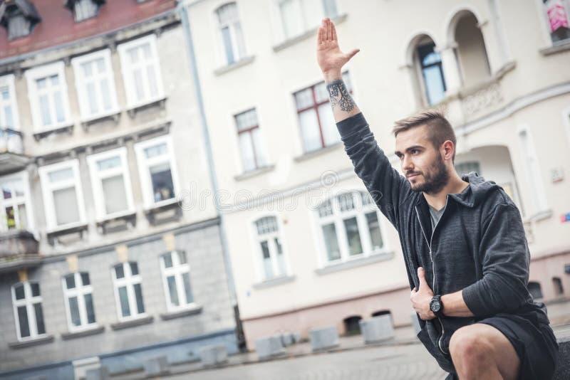 Erwachsener Mann in einem Eignungstraining draußen stockbild