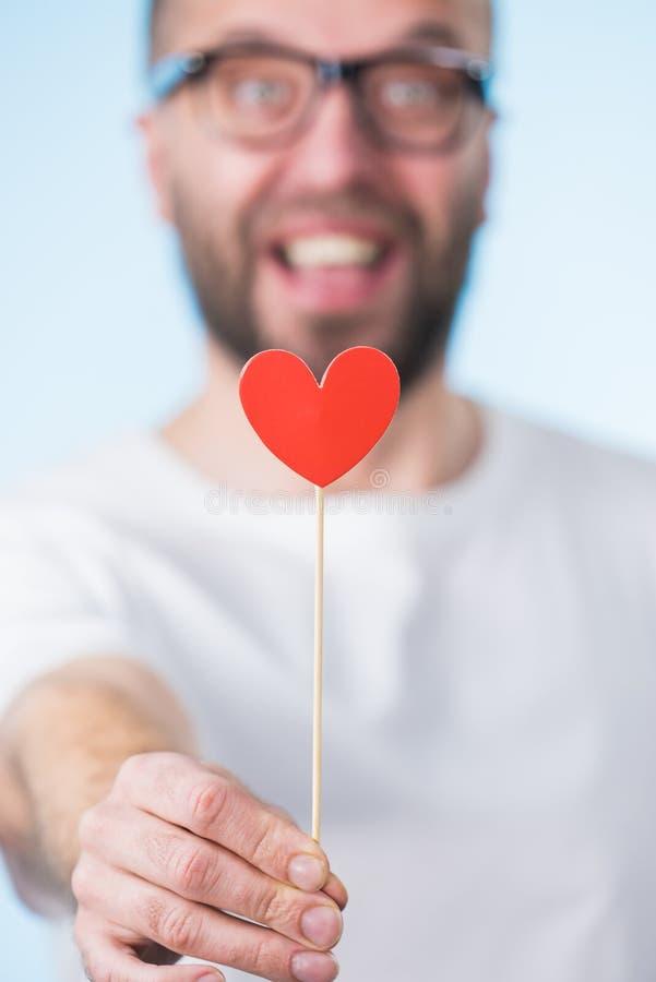 Erwachsener Mann mit Herzen auf Stock lizenzfreies stockbild