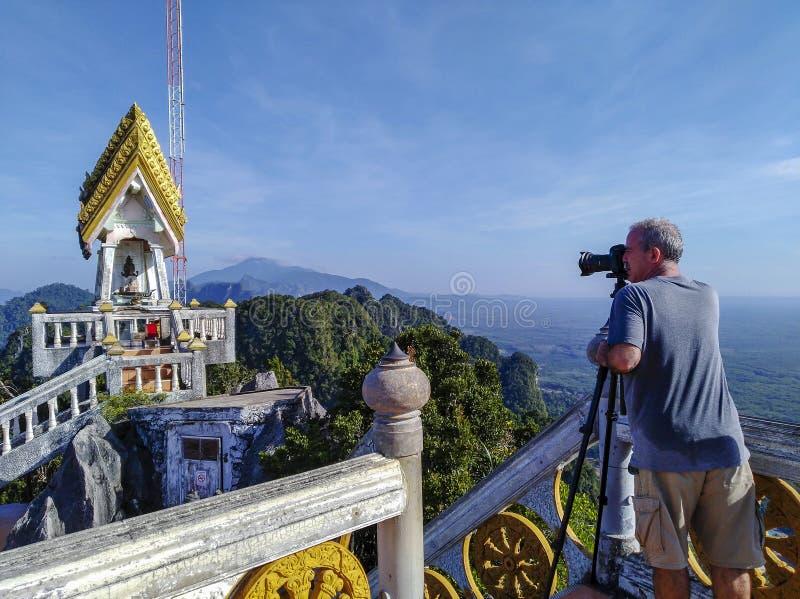 Erwachsener Mann-touristischer Fotograf stockfoto
