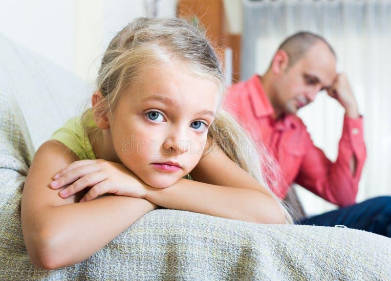 Erwachsener Mann und kleines Mädchen, die Konflikt hat lizenzfreie stockfotos