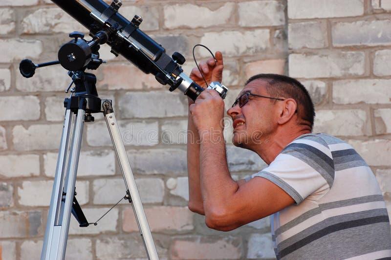 Erwachsener Mann und Teleskop mit Kamera stockfotos