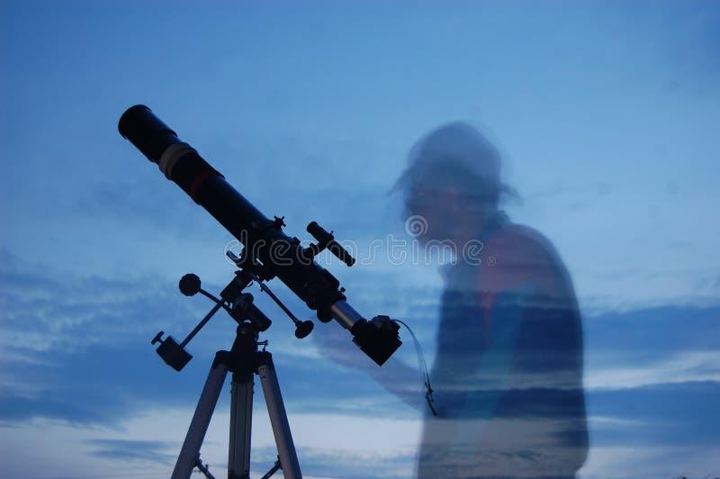 Erwachsener Mann und Teleskop mit Kamera lizenzfreie stockfotos