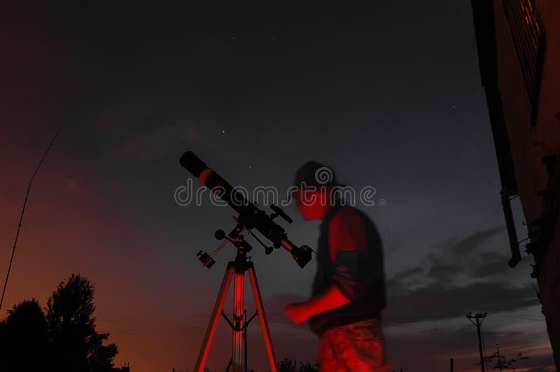 Erwachsener Mann und Teleskop mit Kamera lizenzfreie stockbilder