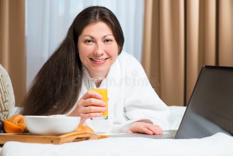 Erwachsener schöner Brunette, der frühstückt lizenzfreie stockfotos