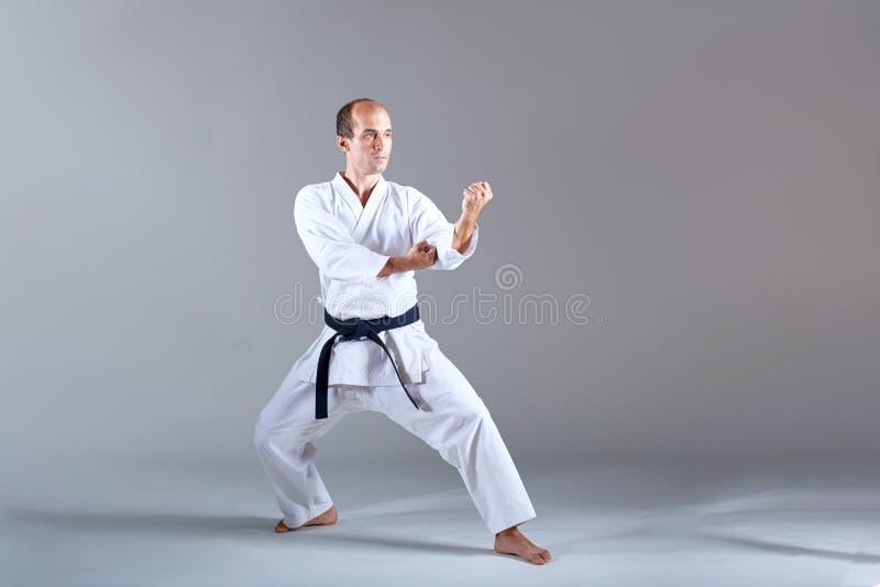 Erwachsener Sportler im karategi bildet die Blöcke mit beiden Händen aus lizenzfreie stockfotos