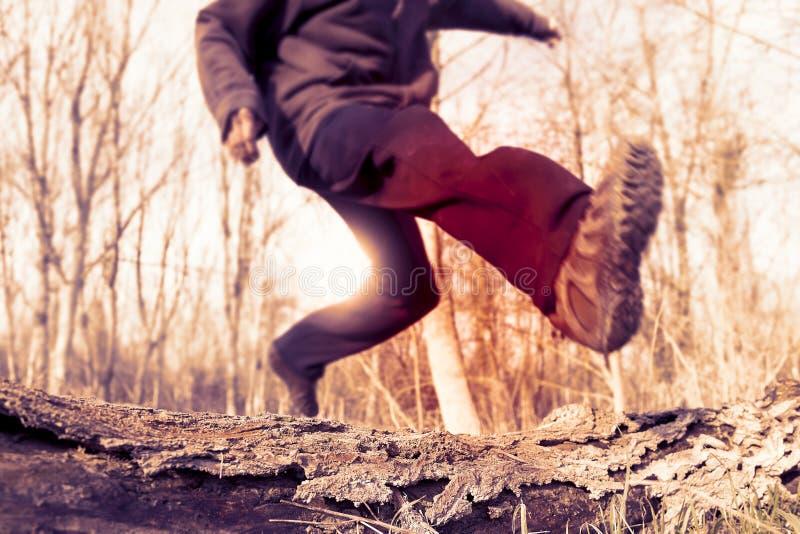 Erwachsener Sportlerbetrieb und -c$springen stockbild