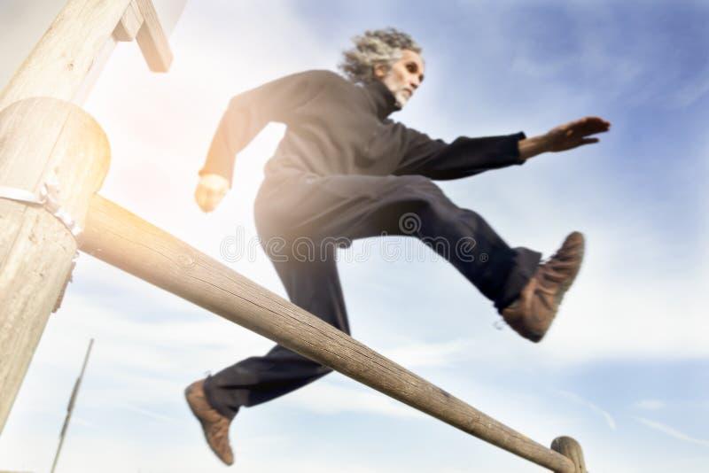 Erwachsener Sportlerbetrieb und -c$springen lizenzfreies stockfoto