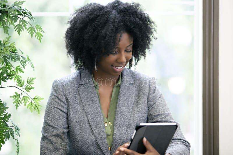 Erwachsener Student Taking ein on-line-Kurs mit einem Tablet stockfotos