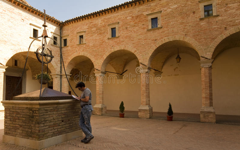 Erwachsener Tourist in historischer Toskana und in Umbrien, Ital lizenzfreies stockfoto