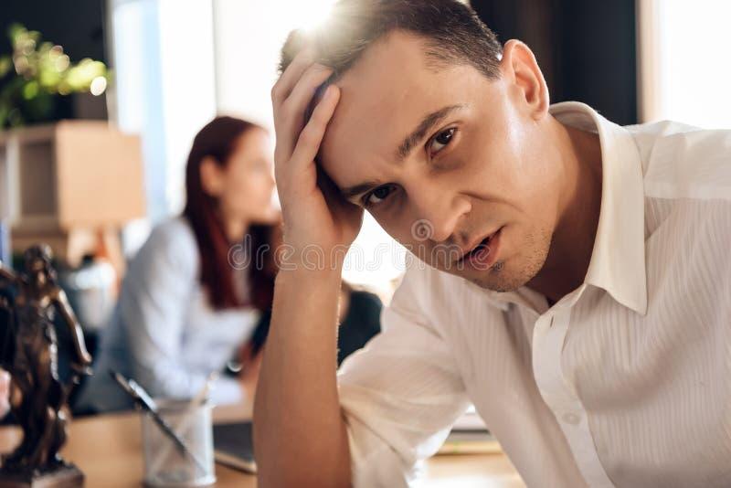Erwachsener verwirrter Mann trifft Entscheidung über unterzeichnende Heiratauflösungsvereinbarung lizenzfreie stockfotos