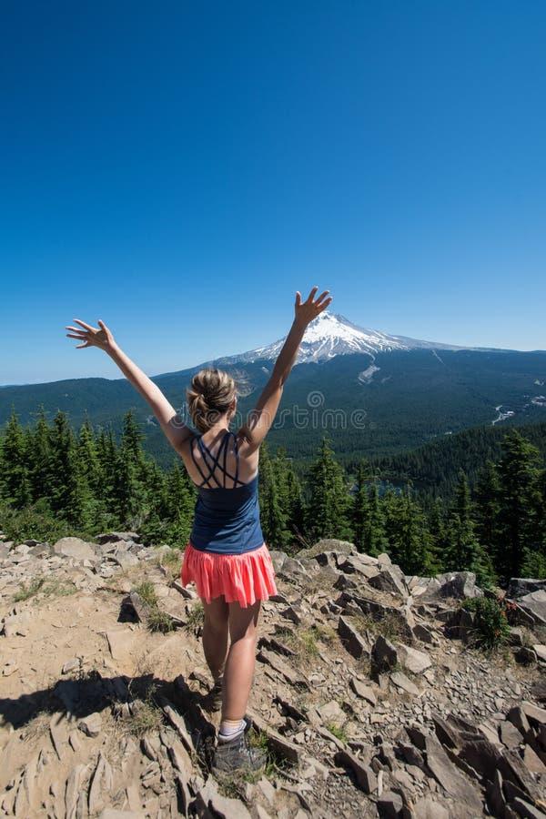 Erwachsener weiblicher Wanderer steht auf die Oberseite des Tom- und Harry-Berges in Hood River National Forest und übersieht lizenzfreies stockfoto