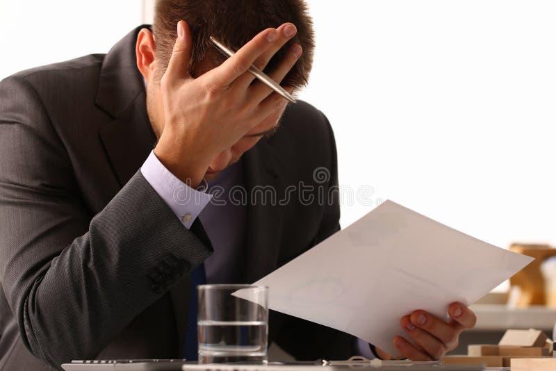 Erwachsenes männliches Geschäftsmann holdong Papierblatt stockbild