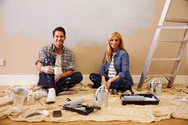 Erwartungsvolle Paare, die eine Pause machen, während, Kindertagesstätte verzierend lizenzfreies stockbild