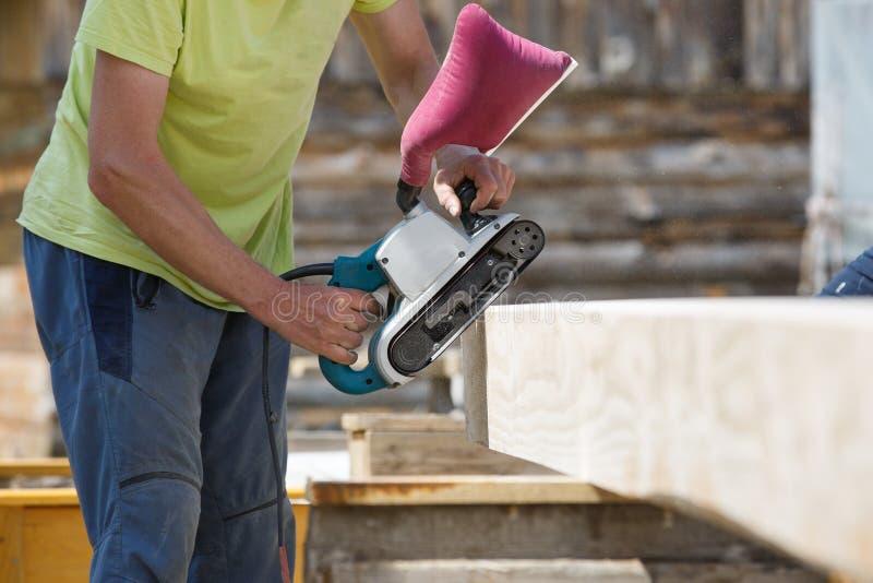 Erweichende Ränder des Tischlers auf Baustrahlen stockfotos