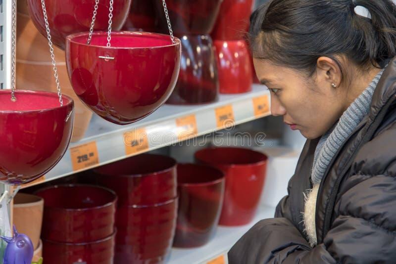 Erwerb von Gartenbedarf in einem Kaufhaus lizenzfreie stockfotografie