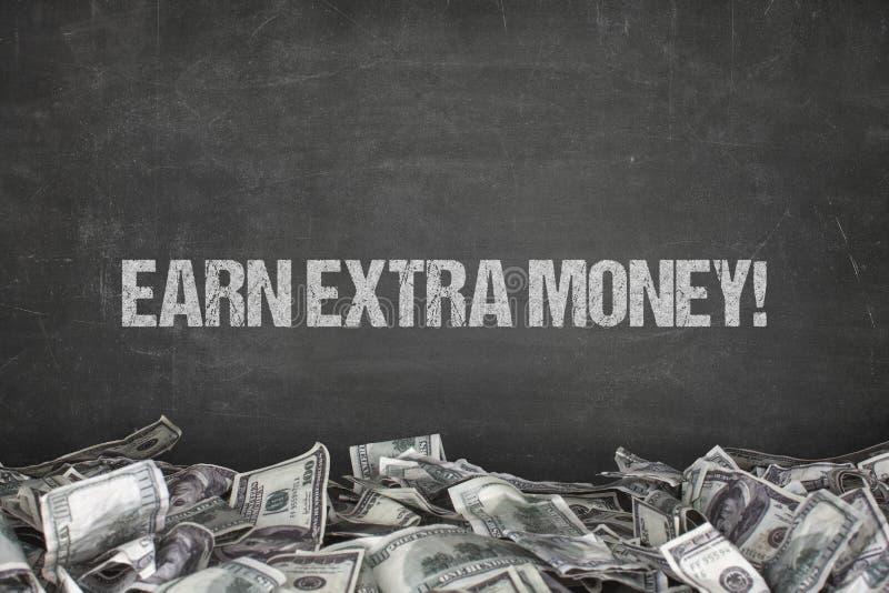 Erwerben Sie Text des zusätzlichen Gelds auf schwarzem Hintergrund stockfotos
