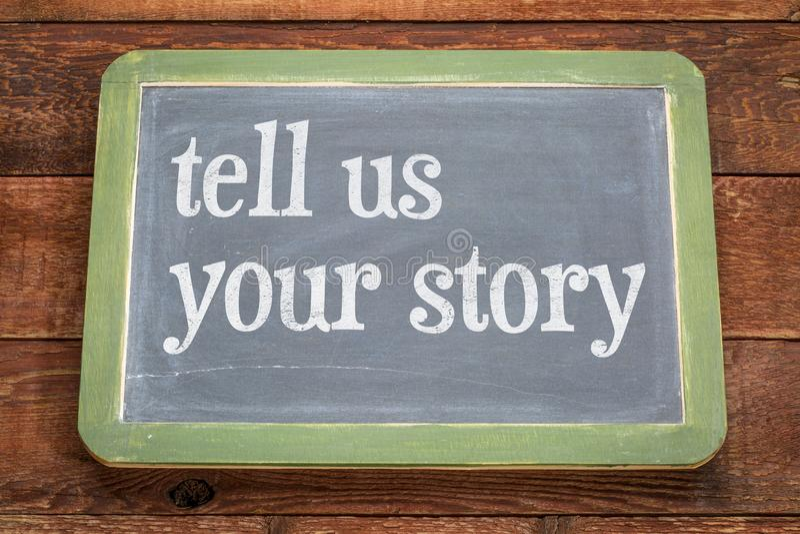 Erzählen Sie uns Ihre Geschichte - simsen Sie auf Schiefertafel lizenzfreies stockbild
