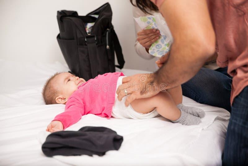 Erzieht ändernde Windel ihres Babys lizenzfreie stockfotografie