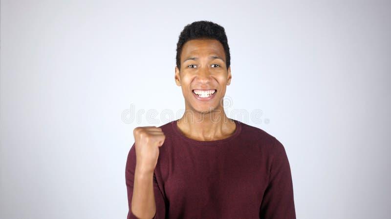 Erzielen des Ziels, Aufregung des Gewinnens, erfolgreicher afroer-amerikanisch Mann stockfotografie