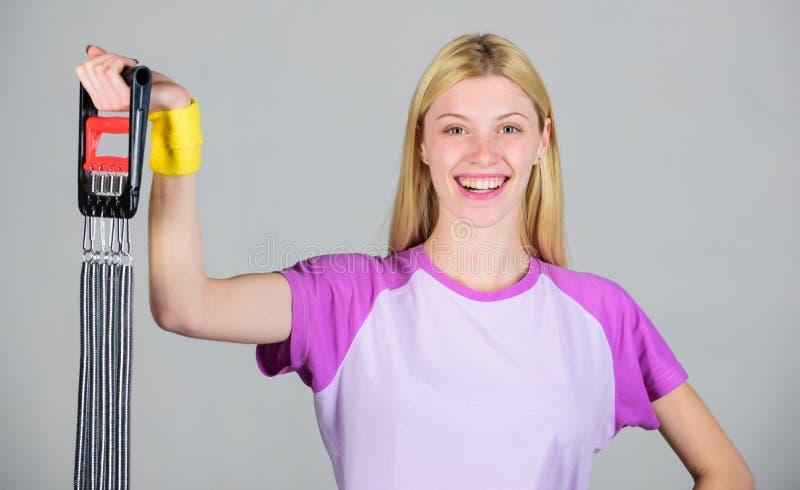 Erzielen Sie gro?e Form Genie?en Sie Ergebnis Frauenausdehnungsexpander-Sportausr?stung mit Bem?hung Wie richtige Weise der Gebra stockfoto