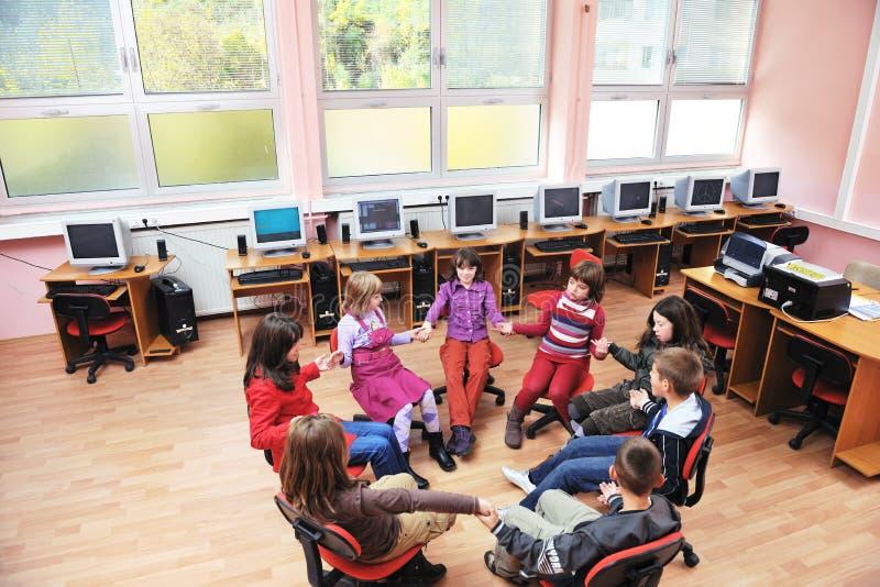 Es Ausbildung mit Kindern in der Schule lizenzfreie stockfotografie