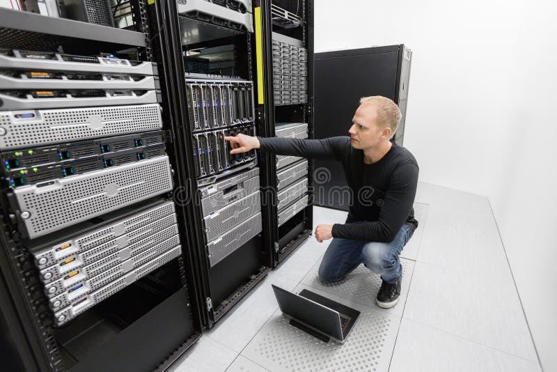 Es Beraterarbeit im datacenter stockfotos