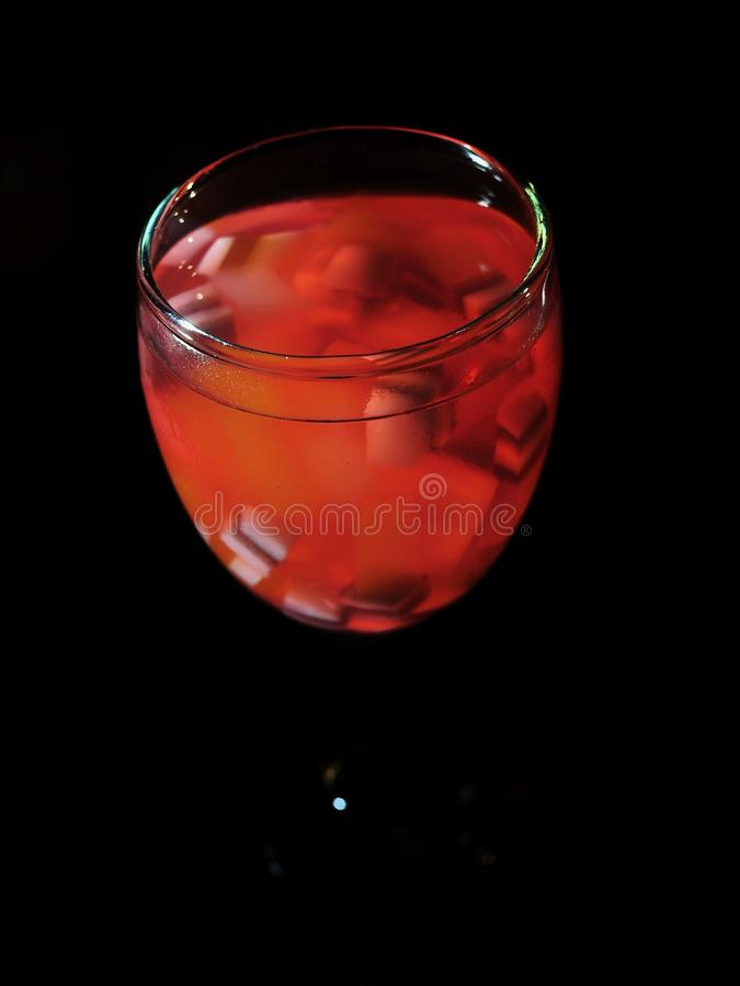 Es Campur - напиток студня - лед коктейля Замороженный десерт сделанный из смешанного сиропа студня и клубники стоковая фотография rf