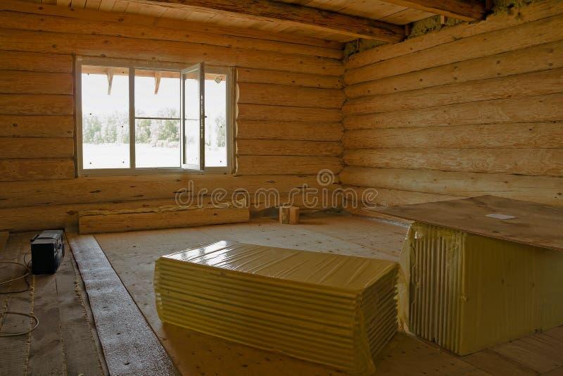 Es el hogar de madera inacabado de la cabaña de madera El interior fotografía de archivo libre de regalías