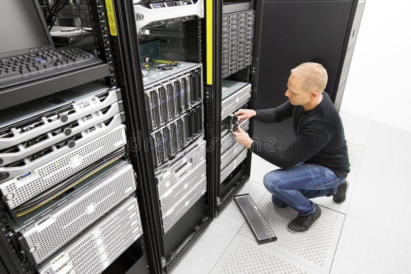 Es führt ersetzt Festplattenlaufwerk im datacenter aus lizenzfreie stockfotografie