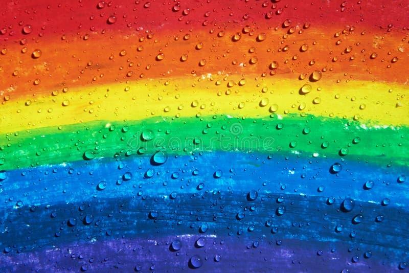 Es gibt die Wassertropfen, die über einem Regenbogen mit Zeichenstiften tropfen stockfotografie