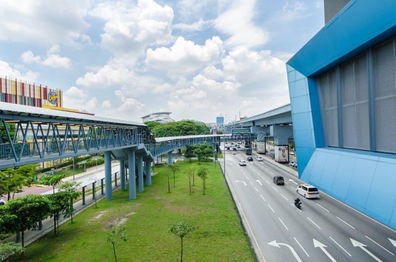 Es gibt einige Verbindungsbr?cken anschlie?t das Cheras-Freizeitmall und Eko Cheras-Mall direkt an die Station MRT Taman Mutiara lizenzfreies stockbild
