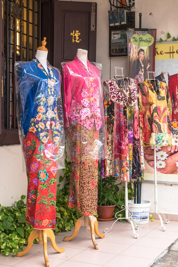 Es gibt etwas unterschiedliche Art von nyonya Kostümen, die an Jonker-Straße, Malakka verkaufen stockfotografie