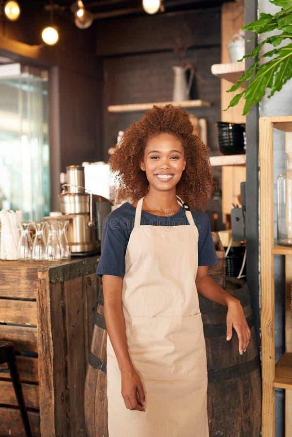 Es gibt immer großen Kaffee und lächelt in diesem Café lizenzfreie stockbilder