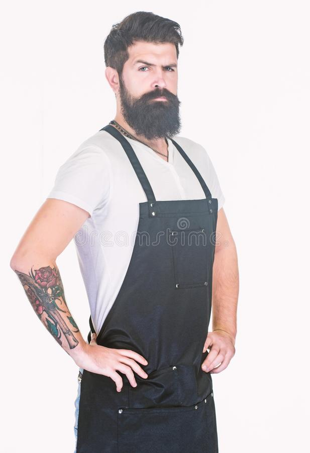 Es gibt nicht zweifelnd ihn schaut gut Tragender Friseur des b?rtigen Mannes oder kochen Schutzblech Langer b?rtiger Mann, der Ar lizenzfreie stockfotografie