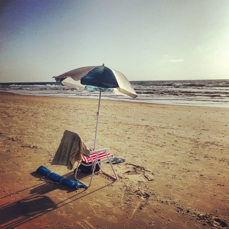 Es gibt nichts wie die Entspannung in Meer lizenzfreies stockbild