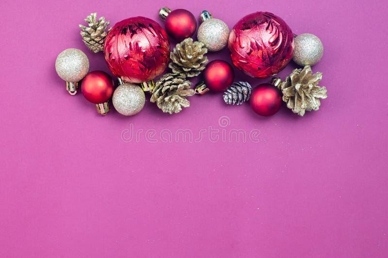 Es gibt Weihnachtsdekoration auf rotes Papier Farbe lizenzfreies stockfoto