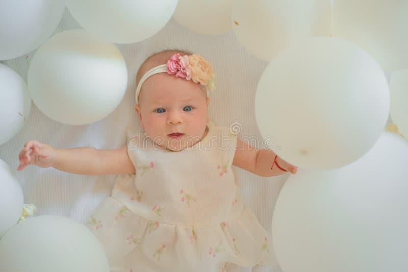 Es ist heraus zukünftiges Baby Kleines Mädchen Alles Gute zum Geburtstag Süßes kleines Schätzchen Neues Leben und Geburt Porträt  lizenzfreie stockbilder