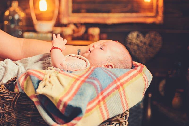 Es ist so klein Portr?t des gl?cklichen kleinen Kindes familie Kinderbetreuung Der Tag der Kinder S??es kleines Sch?tzchen Neues  stockfotografie