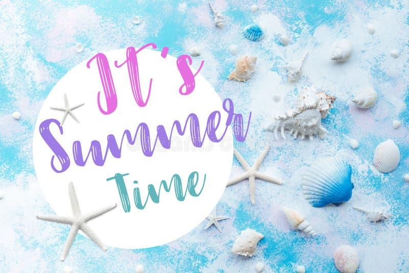 Es ist Sommerzeitkonzepte mit Muschel Starfish und Dekoration des Strandes auf abstraktem Arthintergrund lizenzfreies stockfoto