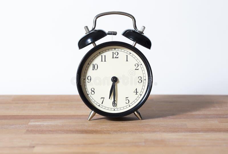 Es medio reloj del ` de siete o imagen de archivo libre de regalías