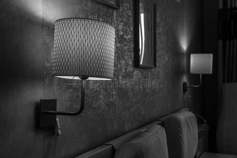 Es negro la foto blanca de una pared antigua en el apartamento con las l?mparas de pared foto de archivo libre de regalías