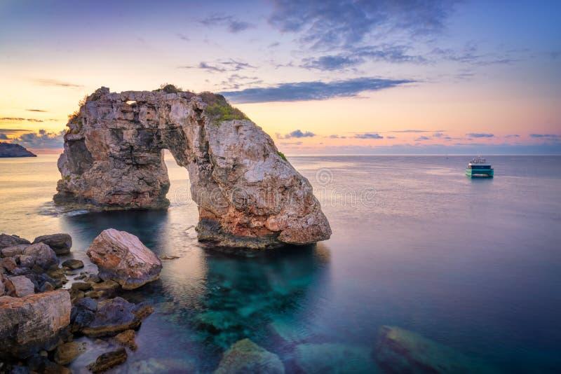Es Pontas w Mallorca z łodzią zakotwiczał w pobliżu zdjęcie stock