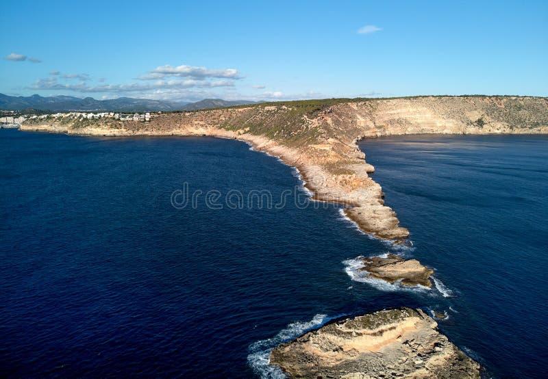 ES Ribell岩石海岸线和平静的地中海 majorca西班牙 图库摄影