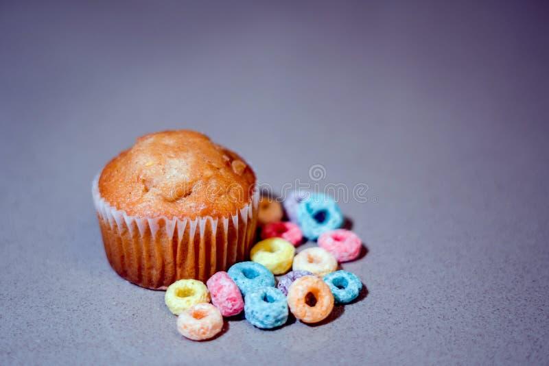 Es ` s ein Frühstückszeit-Muffin und ein Getreide lizenzfreie stockfotos
