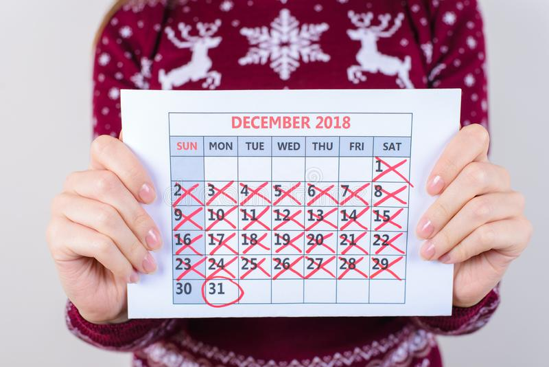 Es ` s ein Tag zum neuen Jahr! Geerntet nah herauf Foto von Kalender hol lizenzfreies stockfoto