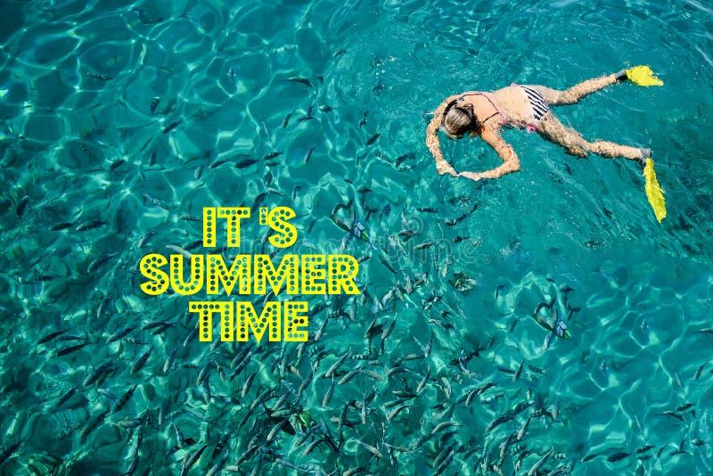 Es ` s Sommerzeit mit Text und unscharfem Sand mit Seehimmelhintergrund, Sommertag lizenzfreies stockfoto
