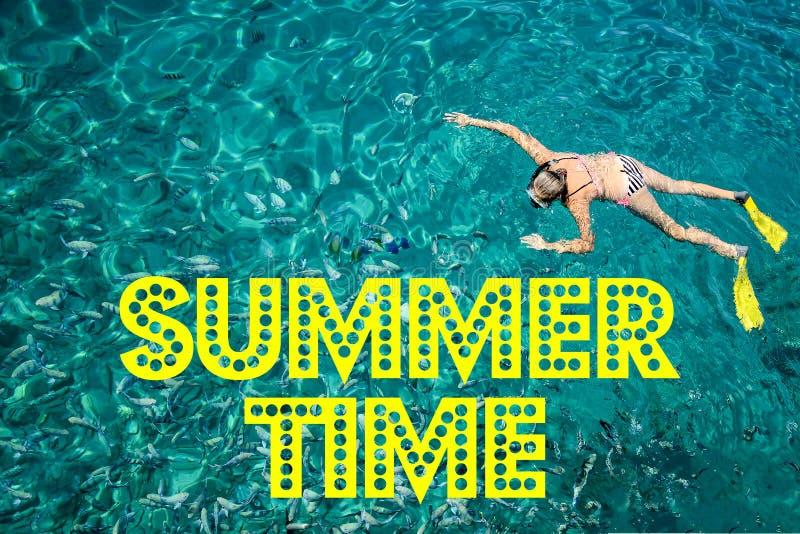 Es ` s Sommerzeit mit Text und unscharfem Sand mit Seehimmelhintergrund, Sommertag stockfotos